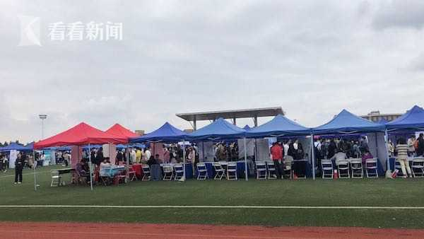 上海举行今年首场线下高校毕业生秋季校园招聘会