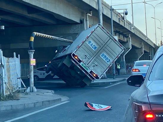 """厢货""""歪卡""""限高杆左侧轮悬空 目击者:司机没事"""