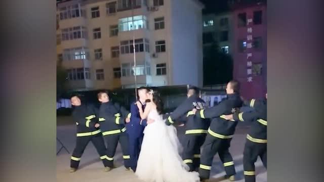 """是凡人也是英雄!消防员拍婚纱照遇火情 """"扔下""""未婚妻就跑"""