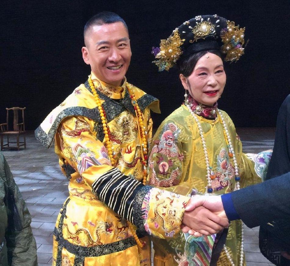 奚美娟跟周杰演话剧,私下穿的很普通,脸上还有老年斑!