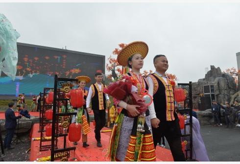 湖南隆回举行     扶贫脱单集体婚礼