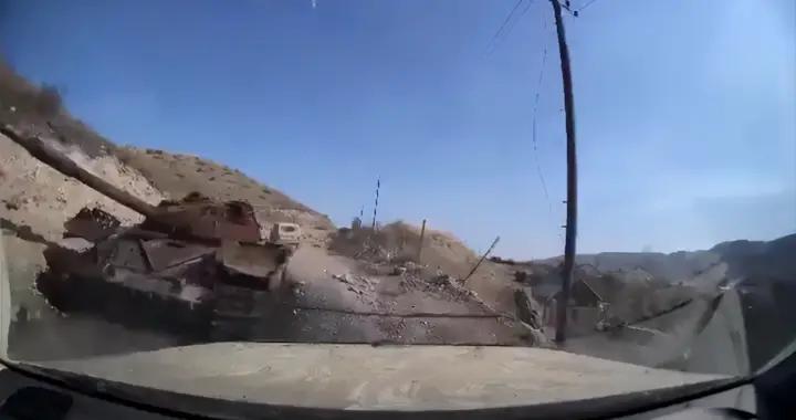 场面让人惊出一身冷汗!导弹从头皮擦过,战地记者险遭一锅端