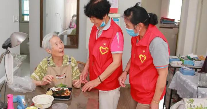 """是""""马甲红""""也是""""夕阳红""""这支志愿服务队""""老""""热心了"""