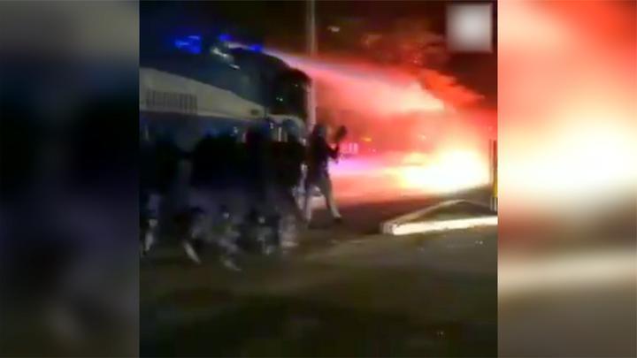 罗马爆发大规模抗议活动 警察动用水炮车驱散示威者