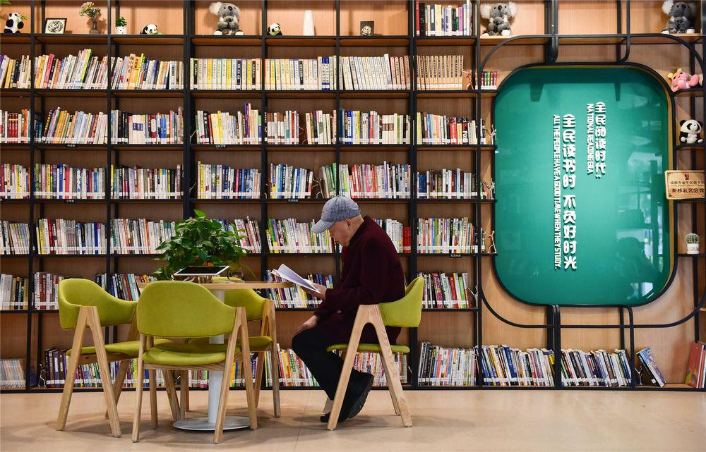 市民在成都金牛区新桥社区党群服务中心内看书(2019年11月13日摄)。新华社记者 薛玉斌 摄