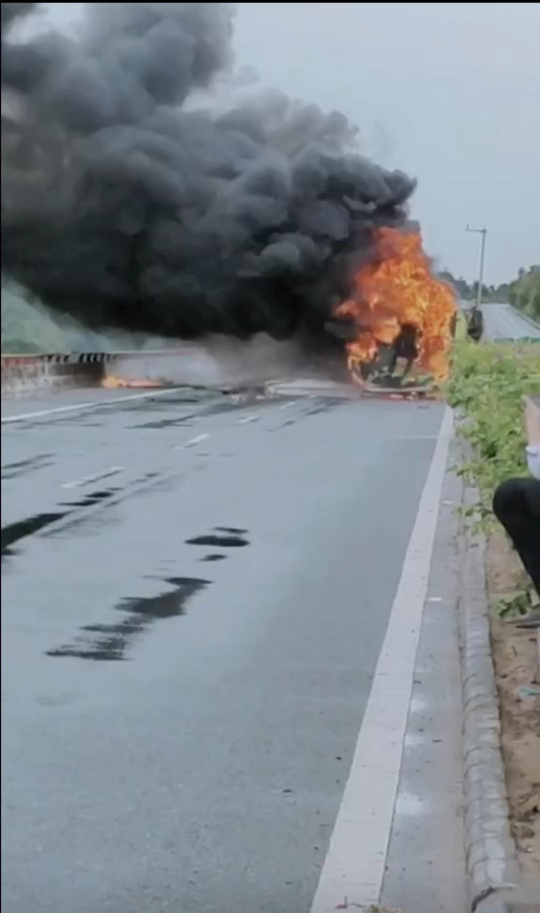 海南儋州开往三亚一客车侧翻起火,车内7人受伤图片