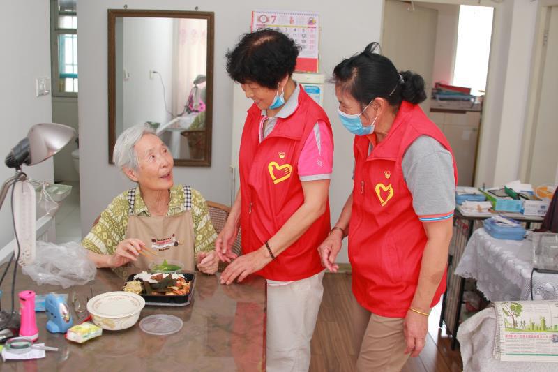 """是""""马甲红""""也是""""夕阳红"""" 这支志愿服务队""""老""""热心了"""