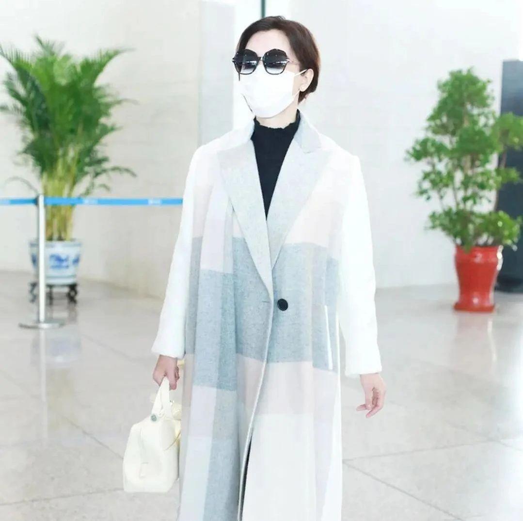 陈数真是优雅到了极致,拼色大衣黑皮靴温婉从容,手提包成加分项