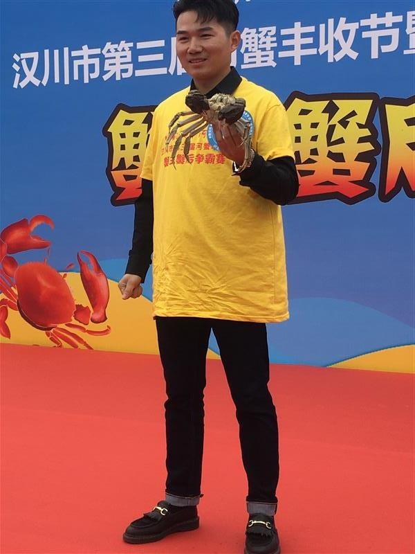 """汉川第三届河蟹丰收节""""蟹王""""重达一斤"""