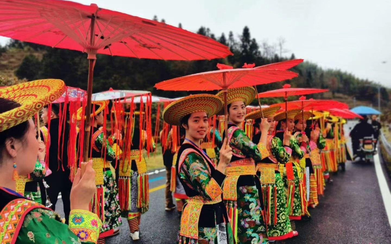 湖南隆回举办瑶族特色集体婚礼 32对新人庆祝脱贫脱单