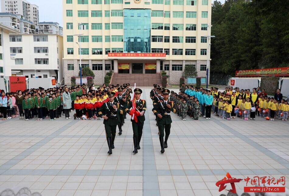 """广西梧州:武警军营开放日 实力""""圈粉""""小军迷"""