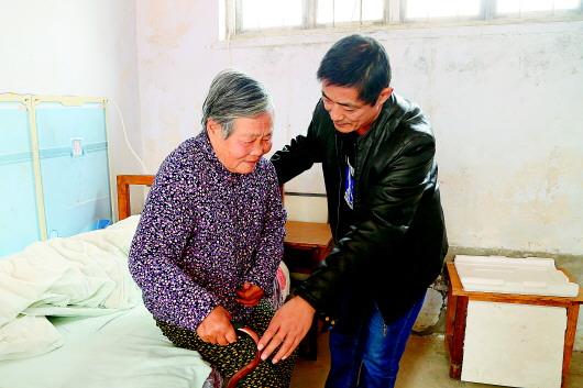 81岁老母亲突发脑梗 56岁乡村教师带母亲上课