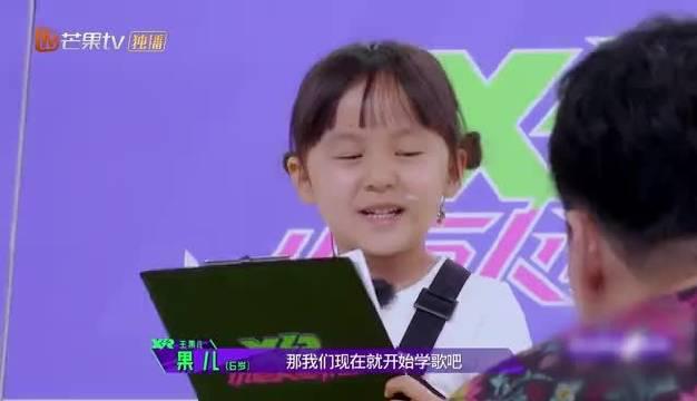 在中练习主题曲,身旁的@刘翔-soulmate 感慨:唱出了流行音乐的感觉!