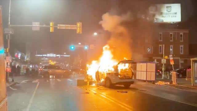美国费城大抗议 70秒看:白人示威者当街辱骂犹太裔 警察被追着跑