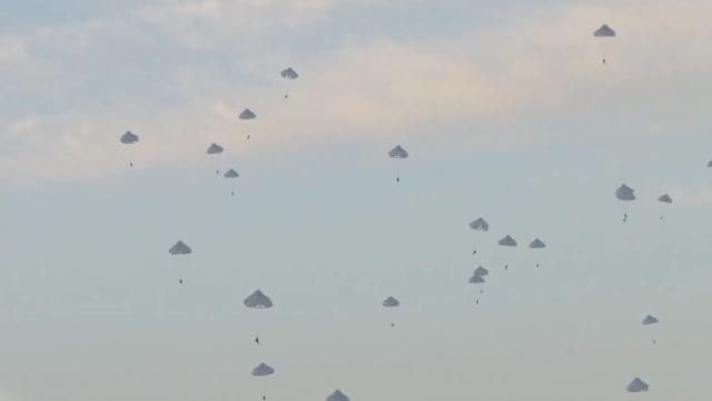 解放军空地立体夺控要点演练 运20、运9高原携弹空投