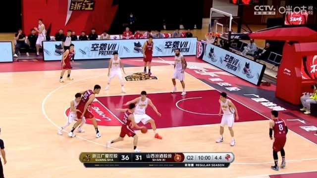 强硬!@山西国投职业篮球俱乐部 球员@翟逸Crab 摘下前场篮板……