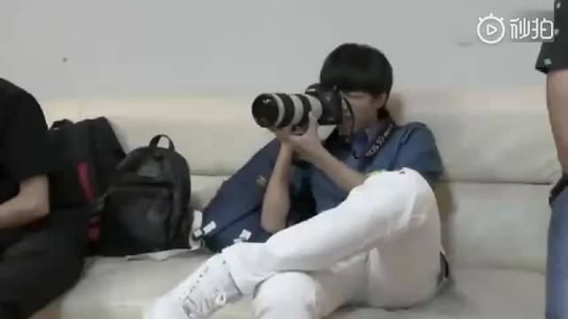 TFBOYS私底下状态,王俊凯担当摄影师,对着王源的屁股拍了下去