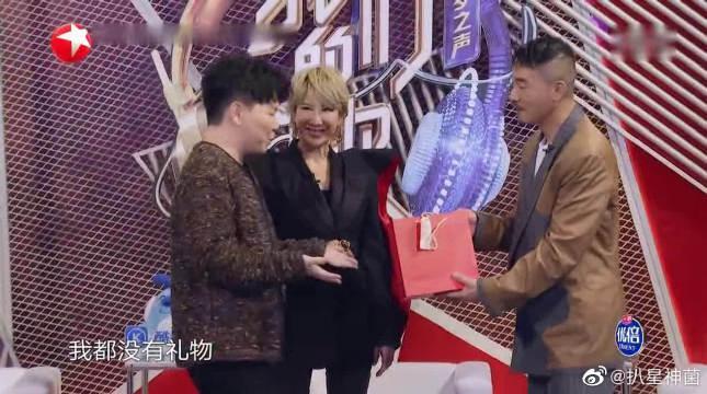 陈小春有了第二个宝宝,到处忙着送礼物 脸上洋溢着笑容!