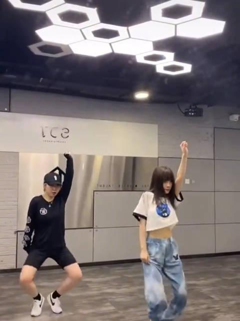 李小璐翻跳系列更新了,这次她翻跳了Jessi新歌……