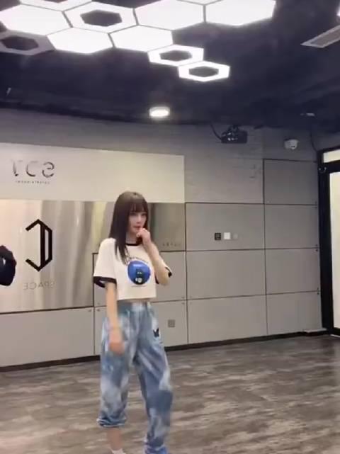 李小璐翻跳了Jessi新歌,你期待她上《乘风破浪的姐姐2》嘛