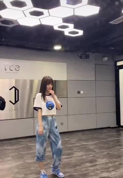 李小璐翻跳Jessi新歌,还特地找了老师跟着学……