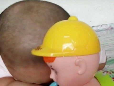 孩子拿奶奶买的玩具玩就哭,妈妈火大,仔细看后不淡定