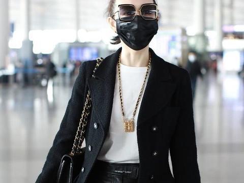 王鸥穿黑色西装搭配皮裤现身机场,扎起丸子头超有女神范