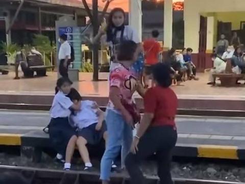 车站放爱国歌曲,少女未起立向泰国王室致敬,遭大妈扯头发扇耳光
