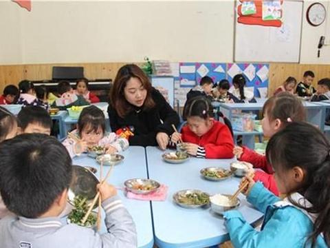老师发孩子的午餐照秒撤回,眼尖家长发现端倪,老师的解释很无力