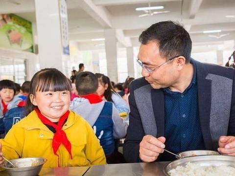 学生吃饭时独坐,家长认为会影响性格发展,班主任挨批,该咋办