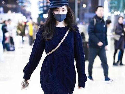 被张天爱气质惊艳到了!穿长款蓝色毛衣搭配紧身裤,女神范十足