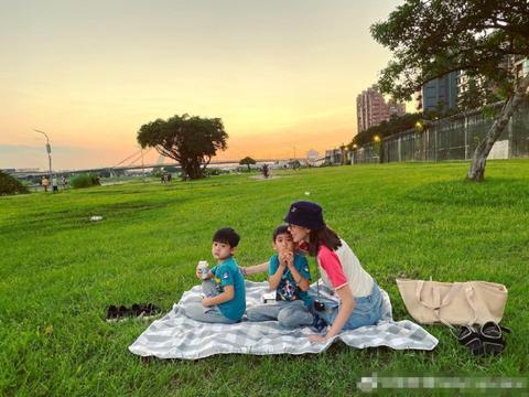 林志颖娇妻陈若仪带双胞胎儿子郊游,错把小鸡叫小鸟遭网友吐槽