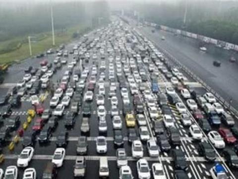 """免费在高速公路上看车展,车主:值得""""人山人海"""""""