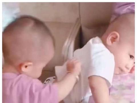 """龙凤胎哥哥上不去床,妹妹在背后""""助攻"""",网友笑喷:白当哥哥了"""