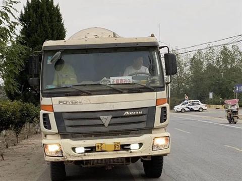 信阳明港交警查获三辆超载的混凝土搅拌车