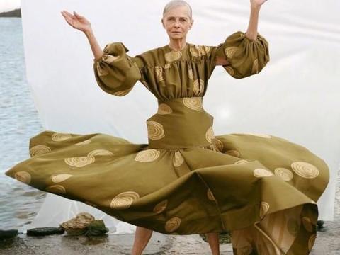 75岁模特近照太惊艳,皮肤干瘪气质却好,白裙子也能穿出奢华感
