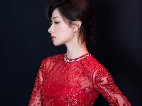 38岁万茜风韵不减,展现得天独厚的优势,中国风刺绣够吸引人