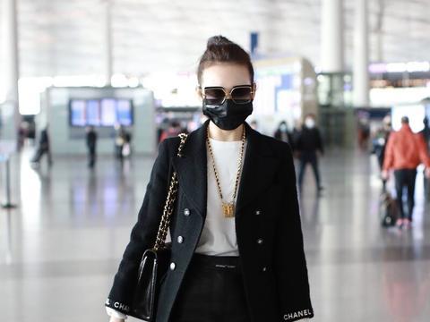 王鸥穿黑色西装搭配皮裤现身机场,一袭穿搭时髦高级