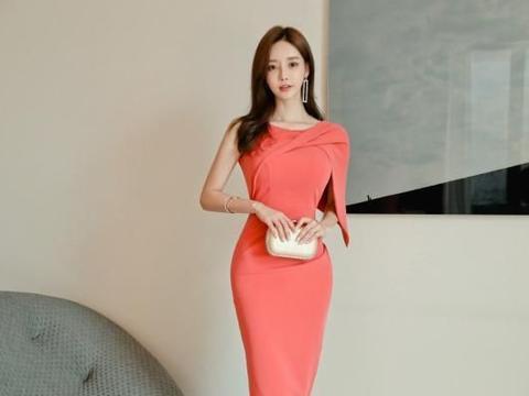 孙允珠两款性感包臀裙秀凹凸身材,粉色纺纱和针织束腰,哪款好看