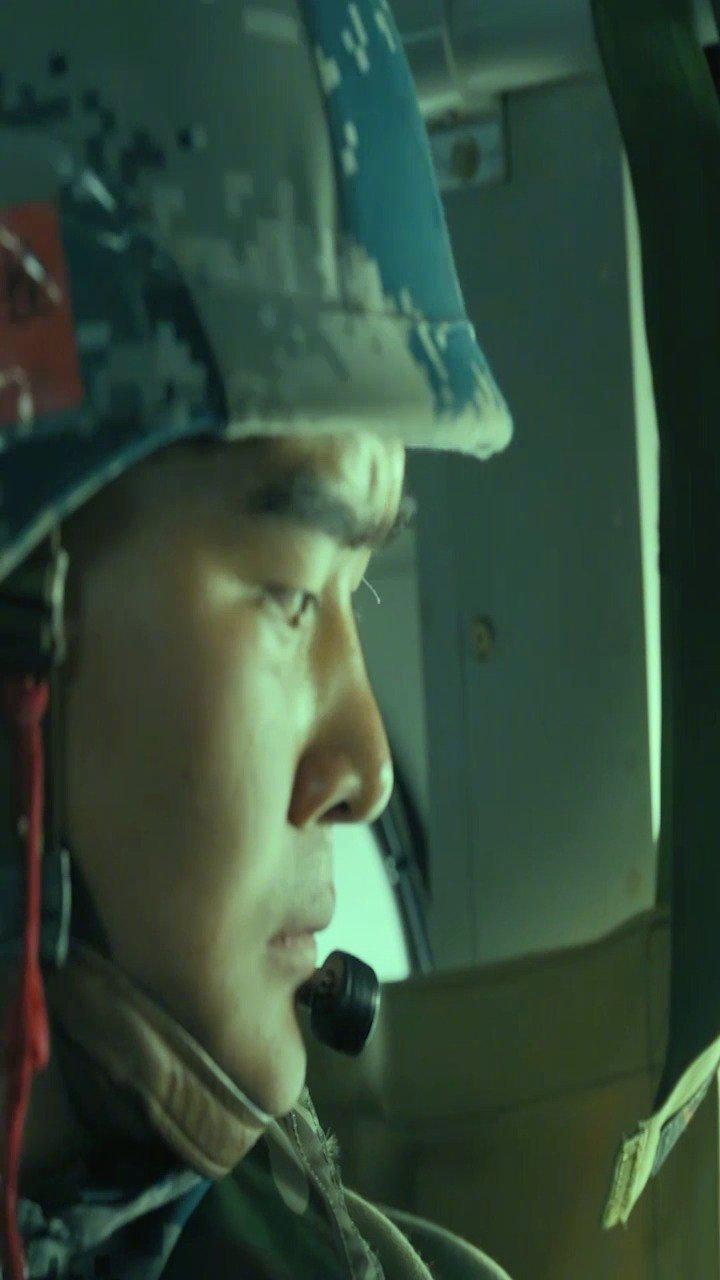紧张刺激!第一视角看空降兵跳伞