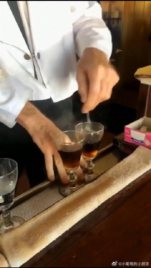 著名的爱尔兰咖啡,制作跟撒盐哥有异曲同工之妙……
