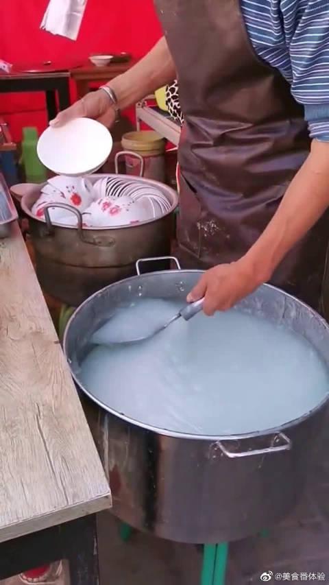"""五元一份的解暑藕粉,却被大爷熬成了""""米饭""""!这么稠能咽下去吗"""