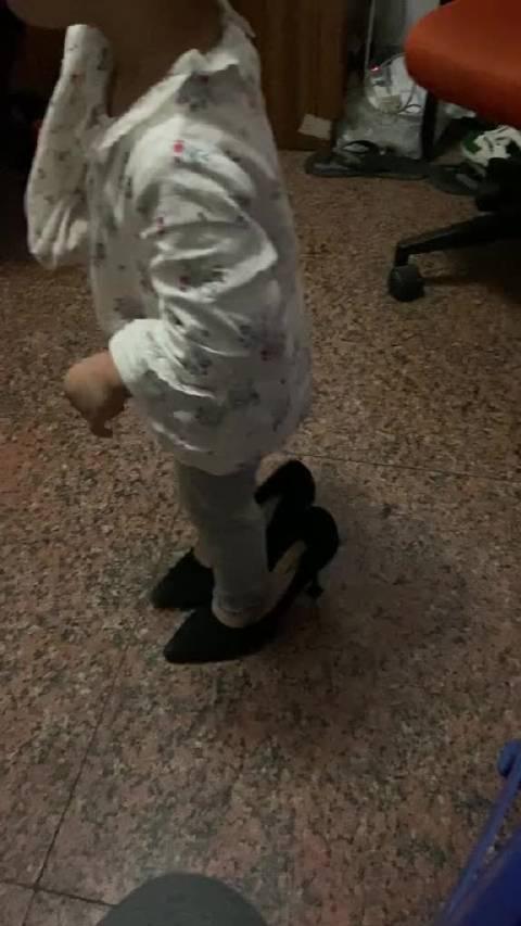 据说每个女孩子小时候都穿过大人的高跟鞋