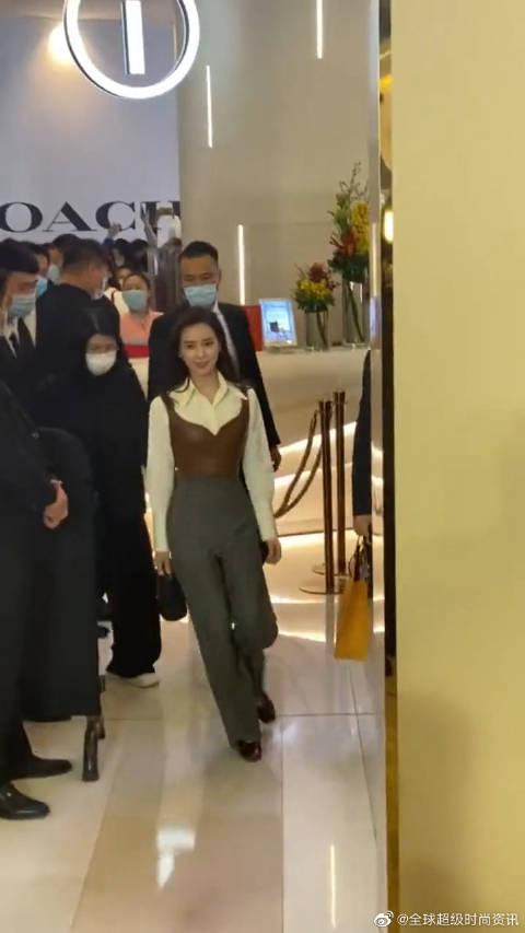 刘诗诗与老朋友在秋天的第一次约会 如约而至! 姐姐气质太好了!