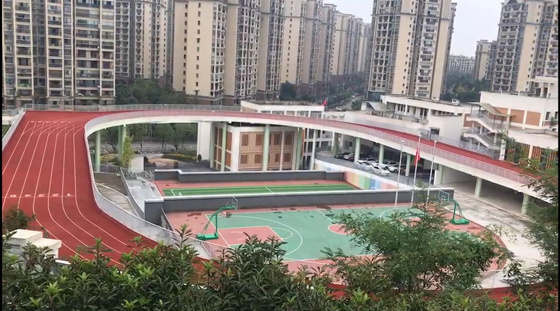 重庆一小学建4层3D体育场:上下4层立体分布