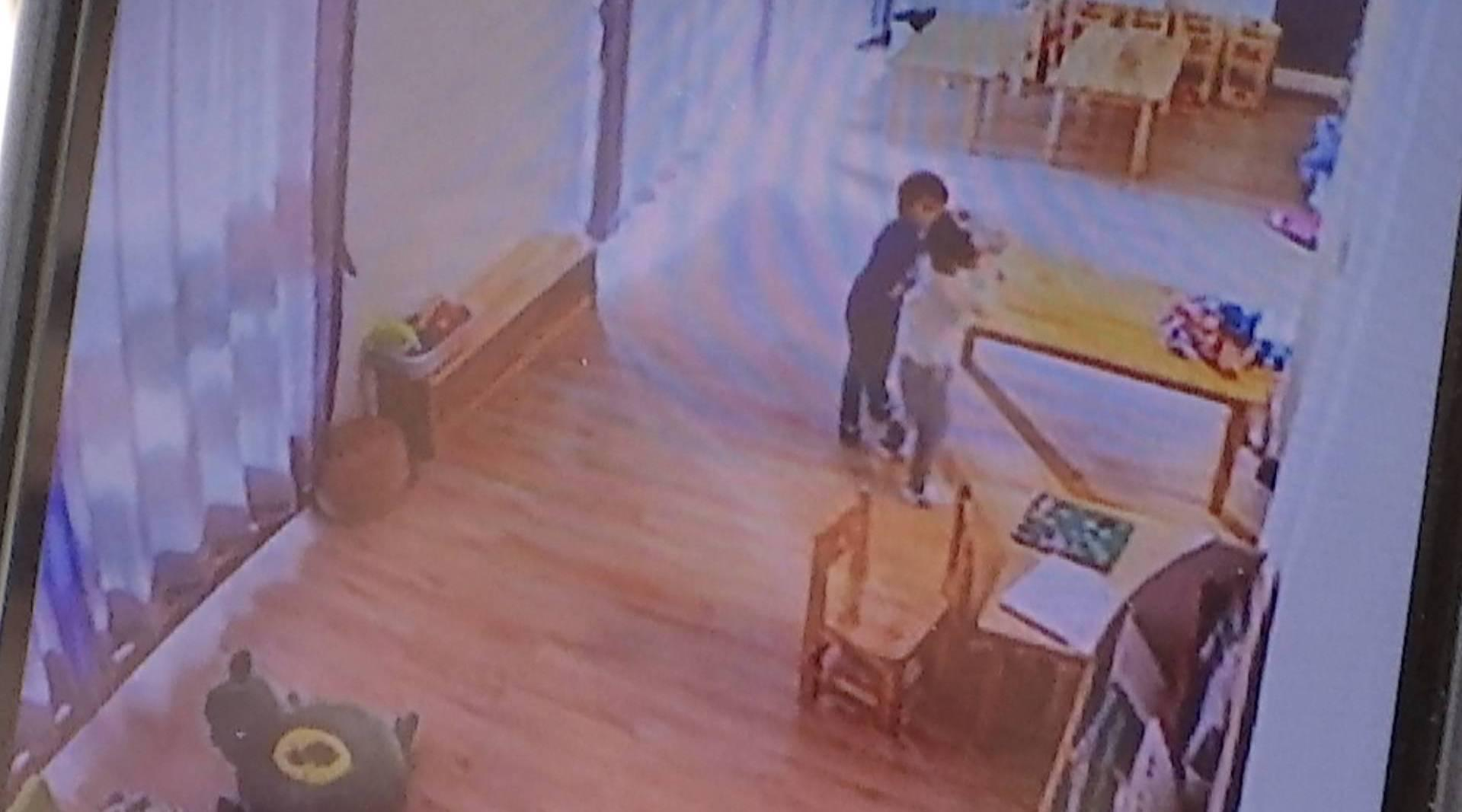 男童幼儿园内被抓挠受伤,家长看了监控后当场气炸
