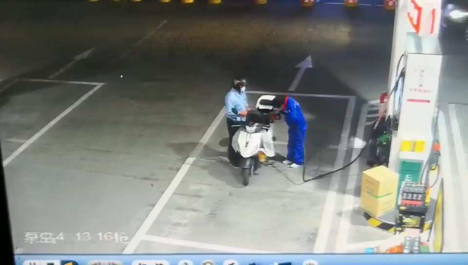 金华 惊险!金华一辆面包车冲进加油站撞倒加油员