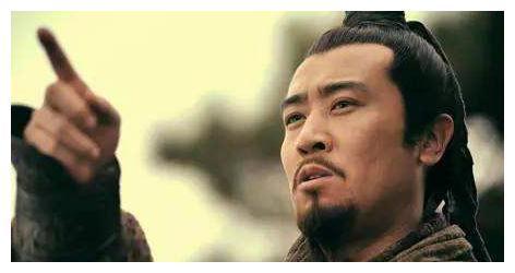 """刘备在乡下出生,以卖草鞋过活,为什么皇帝还认他为""""皇叔""""?"""