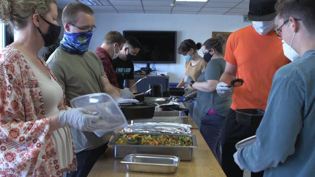 驻德美军拉姆斯泰因空军基地,后勤人员精心准备日常伙食