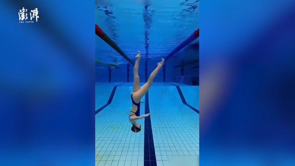 17岁少女表演水中倒立行走:爆红社交网络……